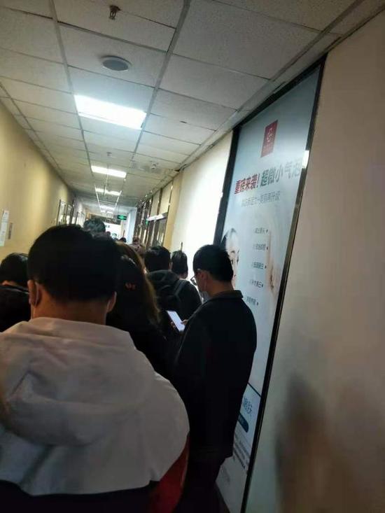 挤在蛋壳总部等待维权的人(受访者供图)