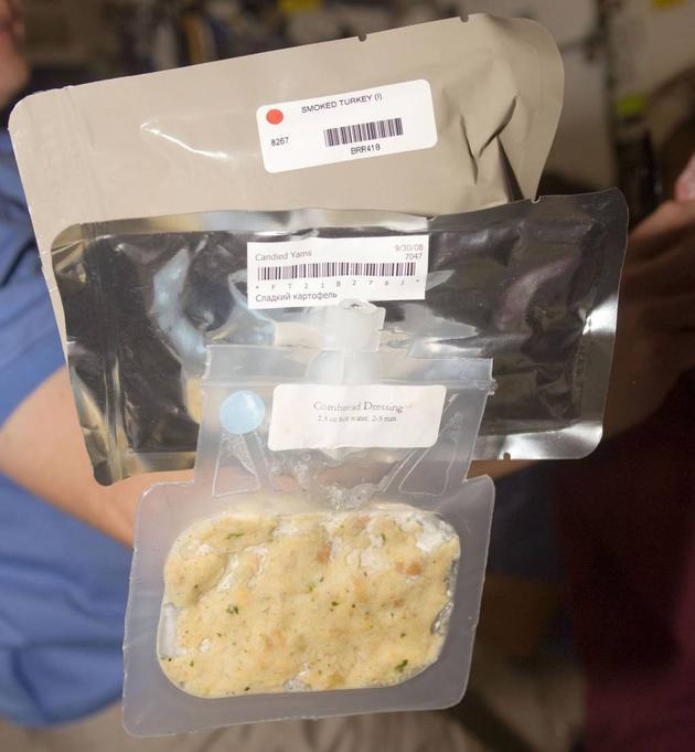 2017年感恩节,国际空间站上的NASA宇航员享用了一顿含有火鸡、土豆泥、玉米面包和蔓越莓苹果酱的大餐。