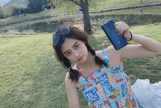 小姐姐拿着OPPO Reno 2去野餐