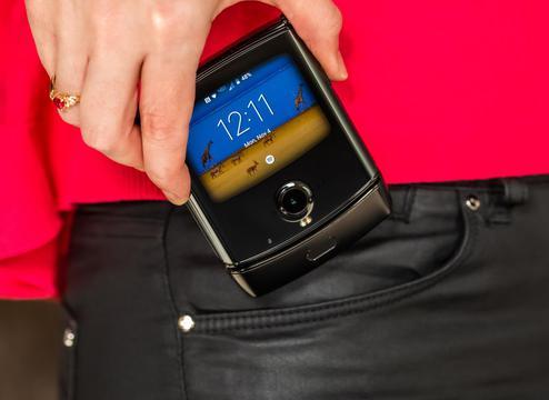 摩托罗拉用折叠屏复刻了Razr手机