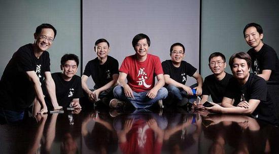 小米八位联合创始人合影,从左至右依次为林斌、黄江吉、周光平、雷军、黎万强、刘德、王川和洪锋