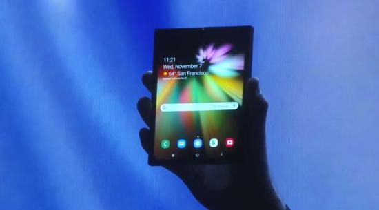 带有可折叠的显示屏的三星智能手机的原型