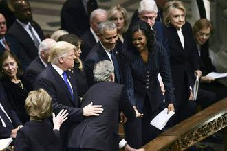 父亲葬礼上 小布什还惦记着给奥巴马夫人塞糖?