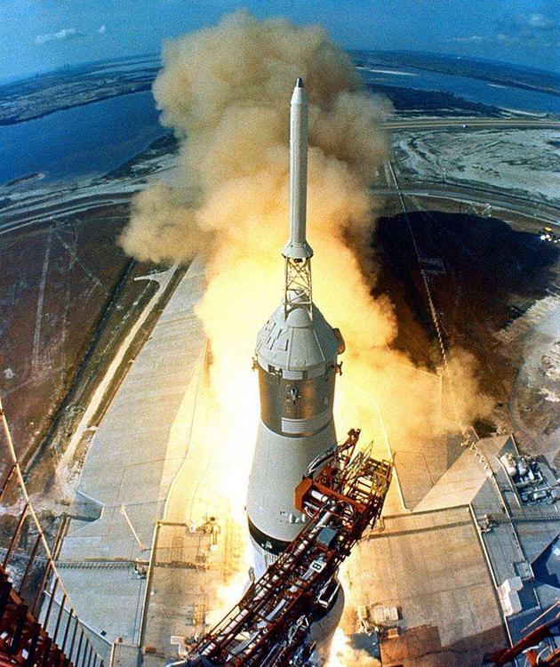 """中国的载人飞船""""神舟""""由长征2F改进型火箭发射升空,同样,顶部搭载了逃逸塔"""