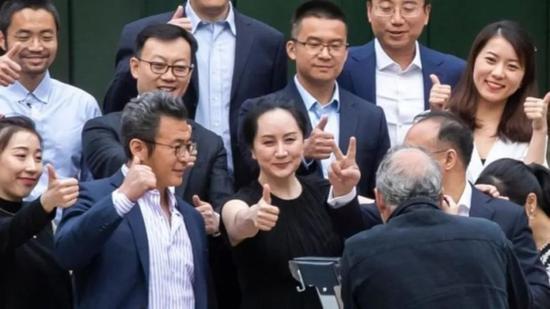 孟晚舟5月23日与包括华为副总裁彭博在内的多名支持者在法院前竖起大拇指合照