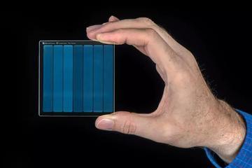 """微软""""玻璃硬盘"""":2毫米可存储75.8G数据,千年不坏"""