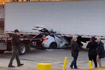 惨烈!特斯拉再次撞上白色卡车,两名乘客急送ICU