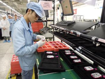 中兴工人在其深圳工厂内组装通讯设备