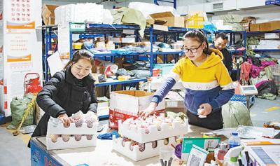 在河南郑州中大门保税直购体验中心展示的琳琅满目的跨境电商进口商品。 人民视觉