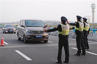 4月6日,上海市交通委员会执法人员正在浦东国际机场对牵涉非法营运车辆进行检查。图/视觉中国