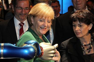 默克尔鼓励女生学理工科 解决德国技术工人紧缺难题