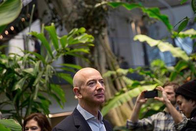 2017年贝索斯挣了351亿美元,是亚马逊员工的120倍