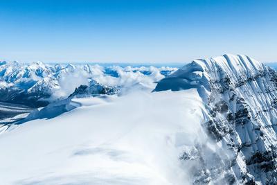 """探索天山秘境: """"雪域幽灵杀手""""雪崩的威力"""