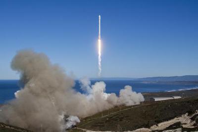 我国首台120吨推力二级火箭发动机热试成功