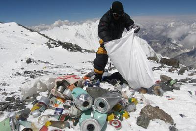 珠穆朗玛峰上有多少垃圾?带上山的也请带下山