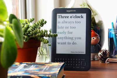 吃灰Kindle变身电子时钟:每分钟刷新 还有名言警句