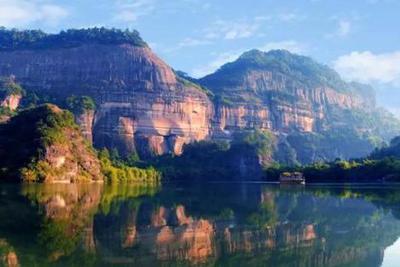 踩一脚恢复60年!游客踩踏丹霞地貌如古化石一般存在