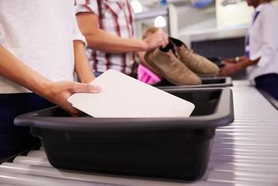 """机场安检塑料盒""""最脏"""":包含的病毒比卫生间还多"""