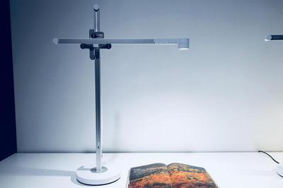 戴森发布首款灯具:自动调节色温中国首发