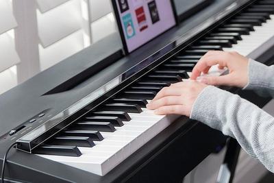 智能灯泡新用途? 有了它3分钟学会弹钢琴