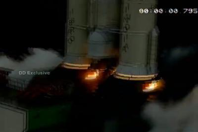 """数次推迟后,印度成功发射""""月船2号""""月球探测器"""