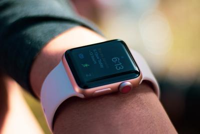 男子网购二手Apple Watch 竟收到4个苹果1块普通表