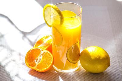 吃水果有营养 为什么榨成汁就不健康了?