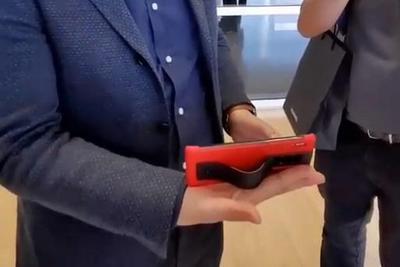余承东展示华为Mate30 RS保时捷设计支架功能
