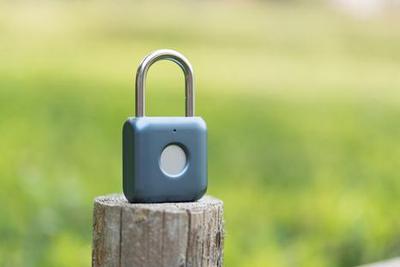 优点智能指纹挂锁:开锁不用密码 按下指纹就行了