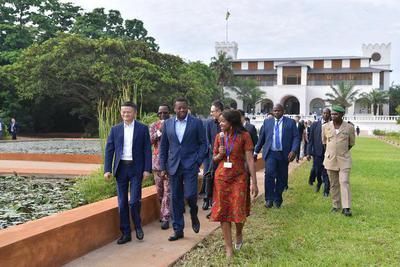 多哥总统请马云帮非洲培养企业家 一路聊到机场(图)