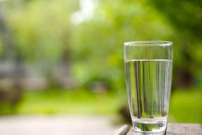 睡觉前为什么总想喝口水?