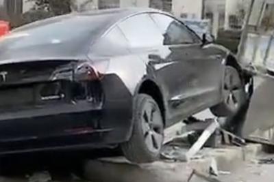 网传一特斯拉Model 3撞毁医院岗亭 据称有一人被撞倒