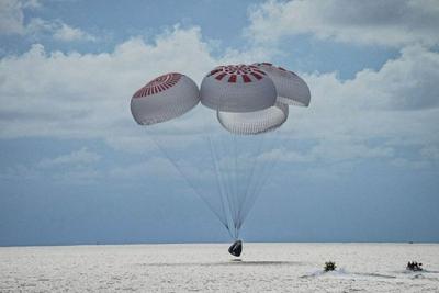 "SpaceX首个""平民""太空旅行团圆满结束 飞船成功返回地球"