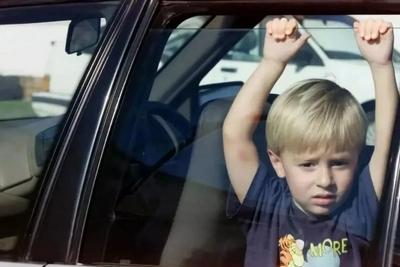 警告:千万别把孩子单独留在车内!开着窗也不行!