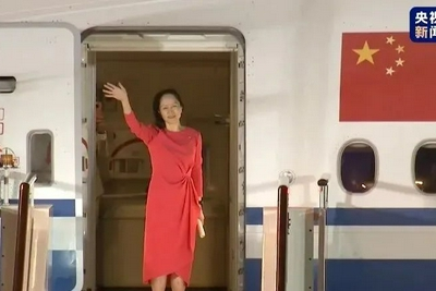 孟晚舟在机场发表简短讲话 现场欢迎人群唱起《歌唱祖国》