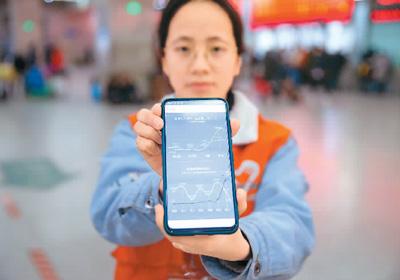志愿者小宁正在展示自己手机的计步数据。  苏 阳摄(人民图片)