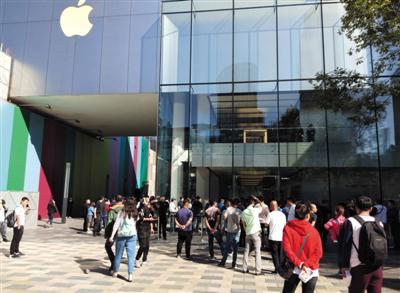 昨日上午,三里屯蘋果旗艦店外人流不如去年。 實習生 朱思雨 攝