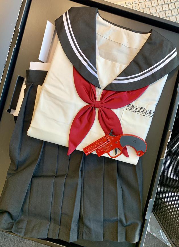 盒子里真的是一套制服(新浪手机会在微博上送出,请点这里)