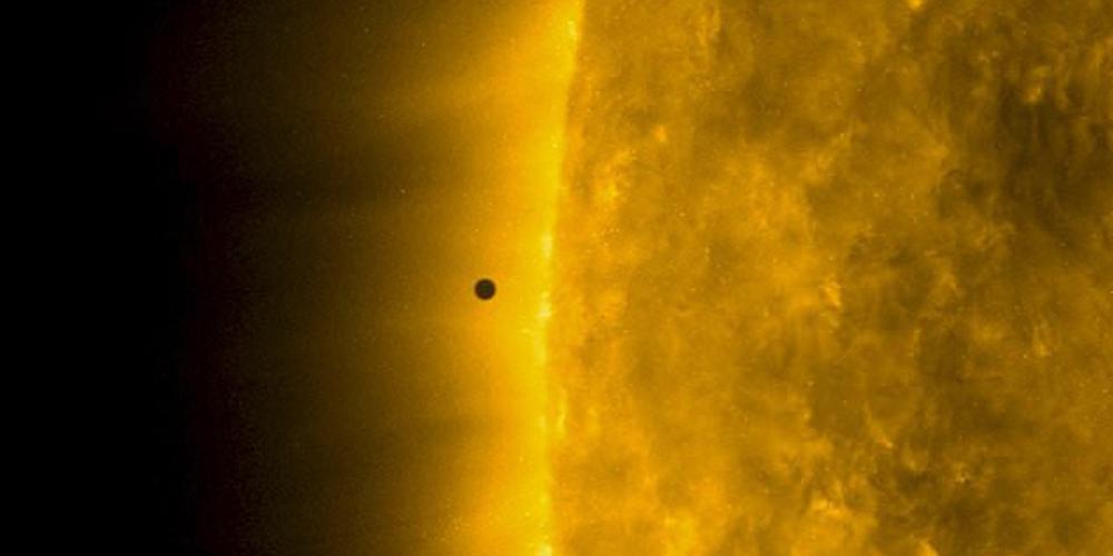 """""""水星凌日""""震撼天象上演:几乎正好穿过太阳表面中心处"""