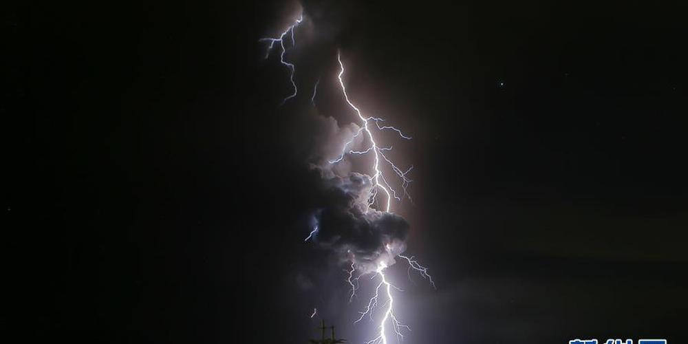 壮观!菲律宾火山喷发伴随闪电