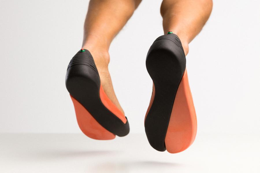 """一个升级版的夹趾拖鞋 表面上看起来很""""悬"""""""