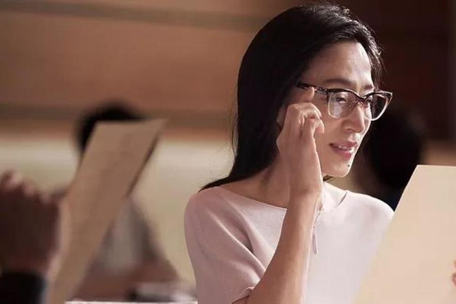 日本推出电子变焦眼镜,能让你同时看清远近的物体
