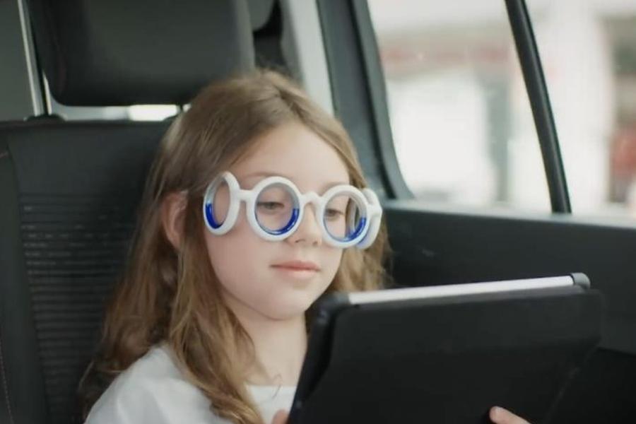 戴上这幅蠢蠢的眼镜 你就再也不用怕晕车了