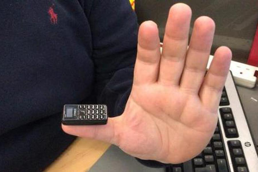 世界上最小手机,只有拇指大小