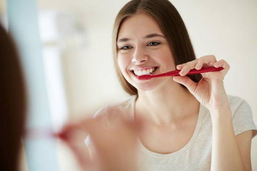 设计师送来一个小药片,告诉我再也不用刷牙了
