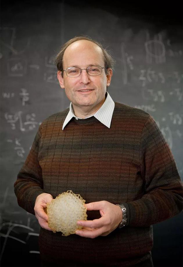Paul Steinhardt手持一个准晶体模型。    来源: 普林斯顿大学董事会