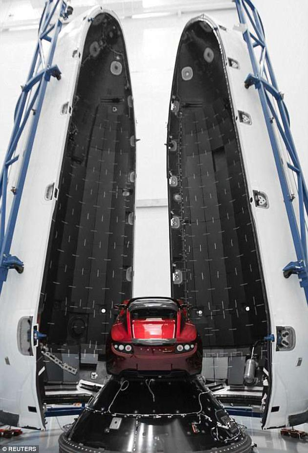 """图中是特斯拉跑车放置在SpaceX公司""""猎鹰重型火箭""""中,今年2月份,该火箭成功携带特斯拉跑车进入太空。"""