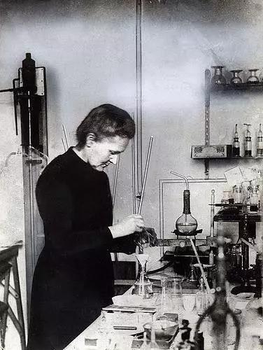 无任何防护措施的玛丽·居里在实验中。图片来源:Nationaal Archief