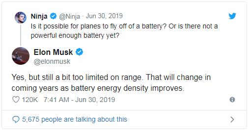"""Twitter網友:""""用電池讓飛機起飛有可能嗎?或者說,目前沒有一種有足夠動力的飛機嗎?""""馬斯克:""""是的,雖然有所改進,但續航里程仍十分有限。但在未來數年,隨着電池能力密度的提高,這一切都將改變。"""""""