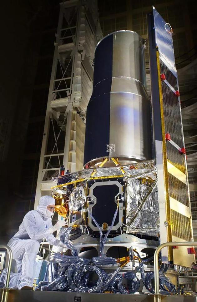 技术人员在为NASA斯皮策太空望远镜做发射前最后的准备工作。    来源:NASA/JPL